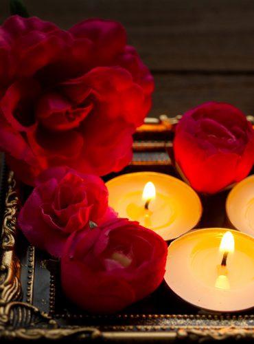 花とキャンドルの画像です。